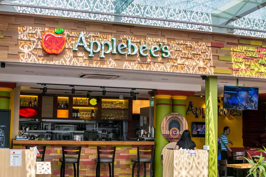 comparing the services of the restaurants applebees and ocharlies